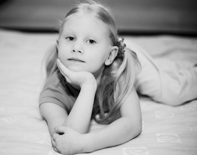 Petite fille blonde sur le bâti images stock