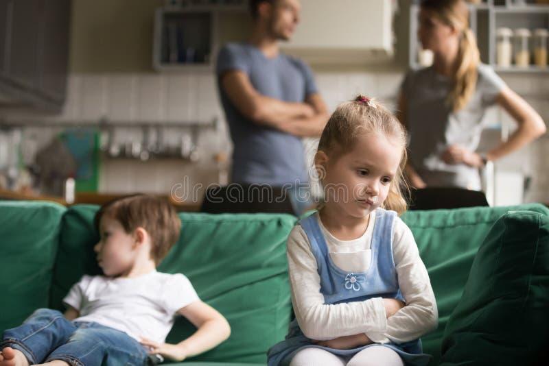 Petite fille bouleversée se sentant triste après combat avec le frère photo libre de droits