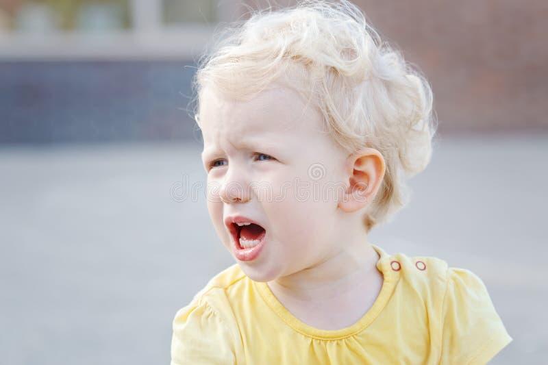 petite fille caucasienne blonde blanche criarde pleurante de garçon d'enfant en bas âge images stock
