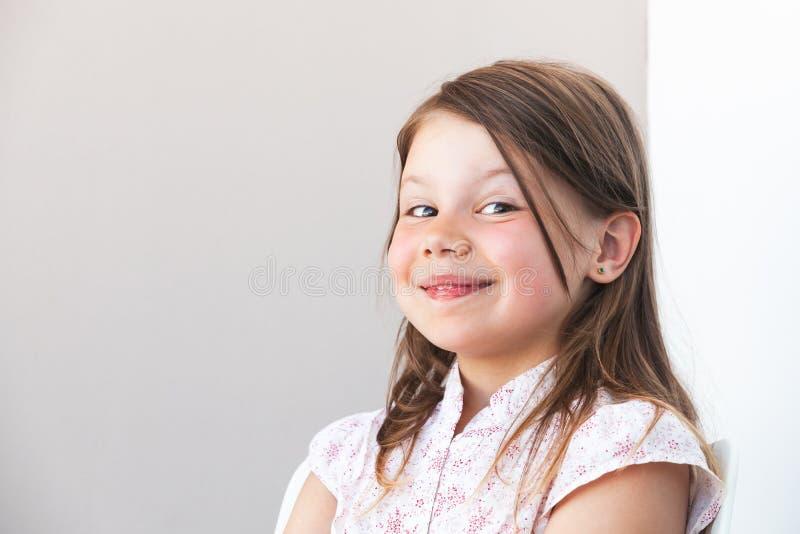 Petite fille caucasienne blonde drôle de sourire photos stock
