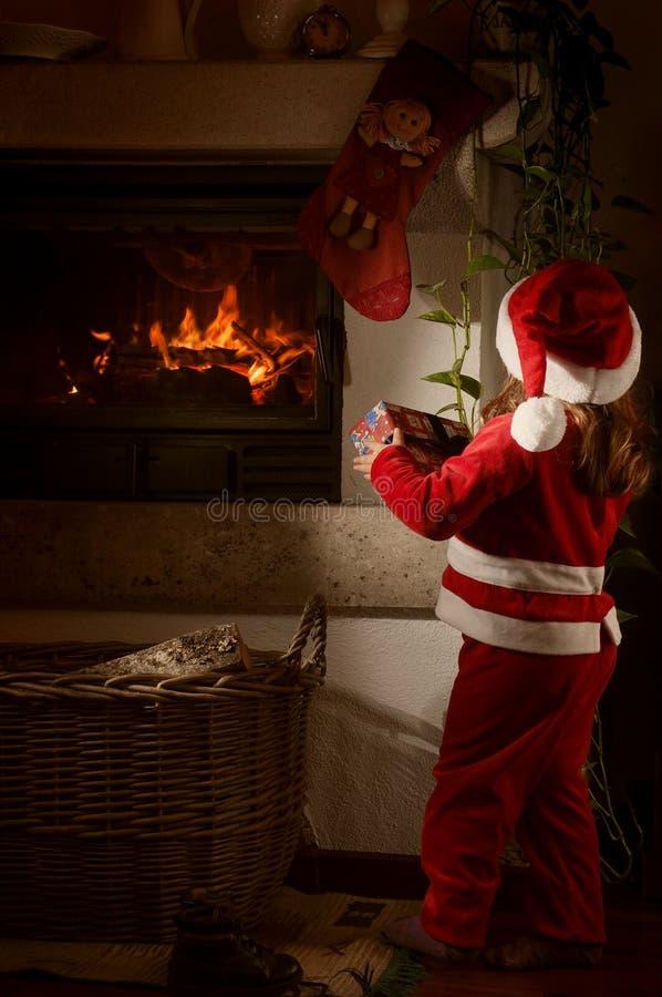 Petite fille caucasienne déguisée comme Santa Claus photos stock