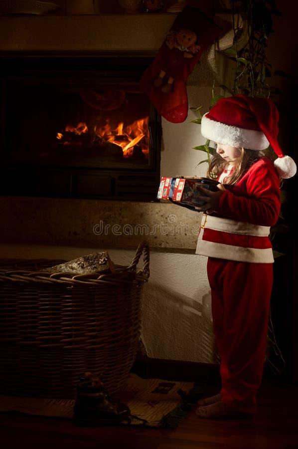 Petite fille caucasienne déguisée comme Santa Claus photographie stock