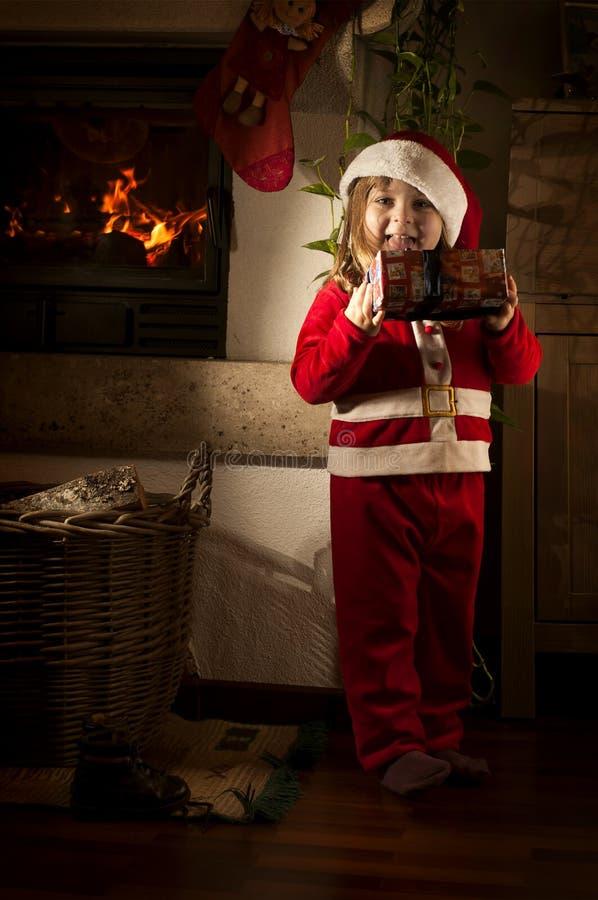 Petite fille caucasienne déguisée comme Santa Claus images libres de droits