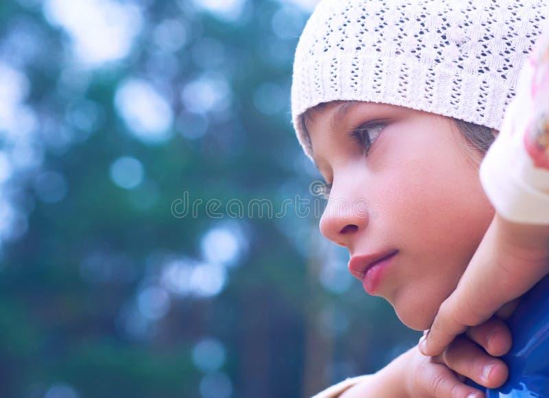 Petite fille caucasienne d'enfant regardant sérieusement étant sur le terrain de jeu image libre de droits