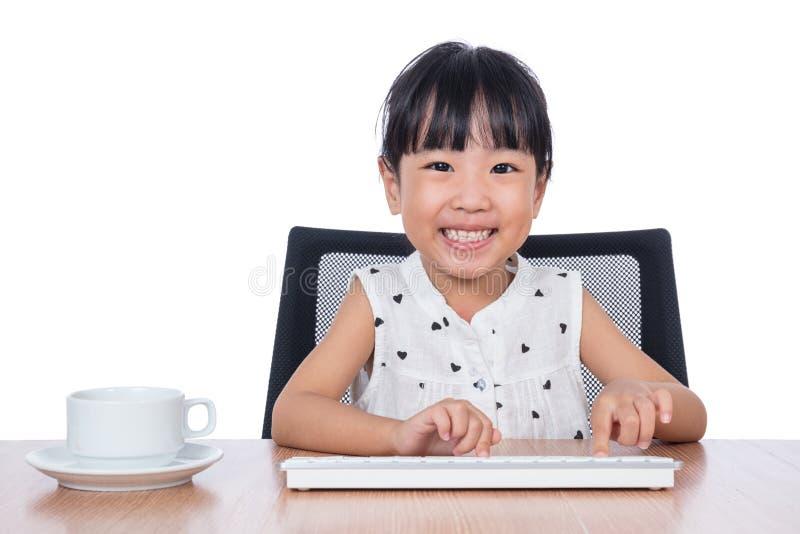 Petite fille chinoise asiatique jouant le clavier image stock