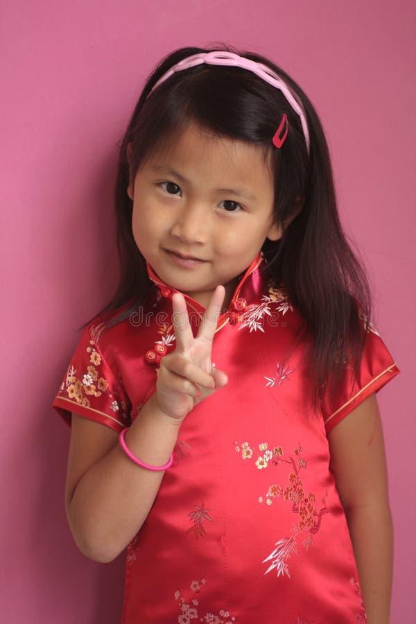Petite fille chinoise avec la robe rouge images stock