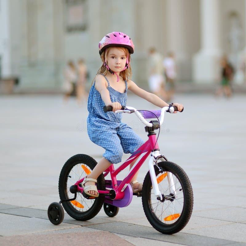 Petite fille conduisant un vélo photo libre de droits