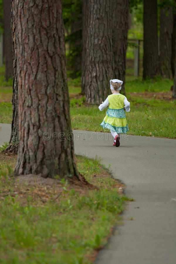 Petite fille courant loin photos stock