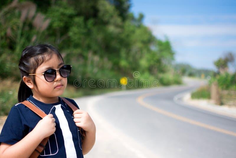 Petite fille courant loin sur la route en avant images libres de droits