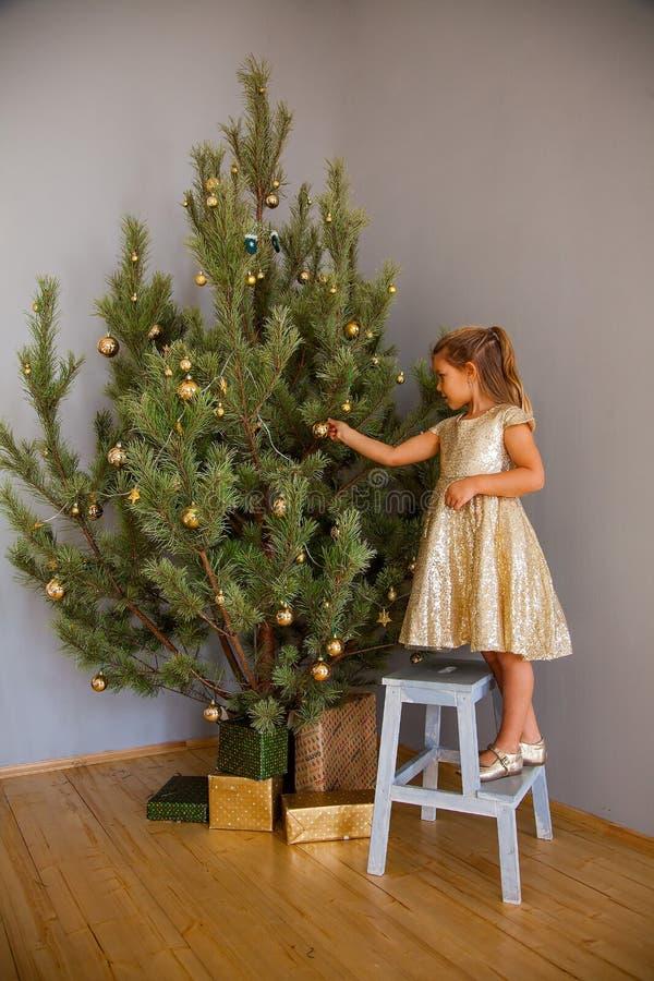 Petite fille décorant l'arbre de Noël images libres de droits