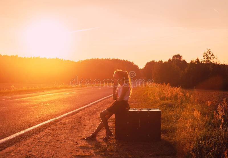 Petite fille détendant et appréciant le voyage par la route images stock