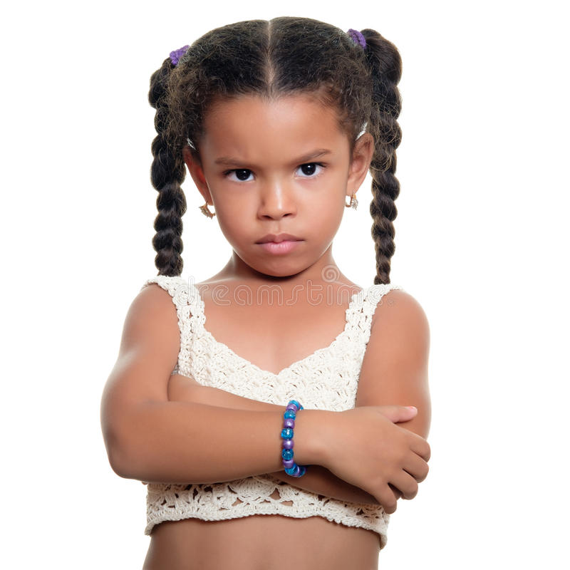 Petite fille d'afro-américain fâché d'isolement sur le blanc photo stock