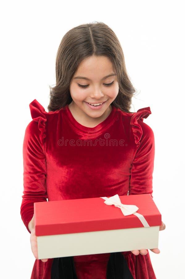 Petite fille d'enfant dans le boîte-cadeau bouclé de prise de coiffure de robe élégante Enfant excité au sujet de déballer son ca image stock