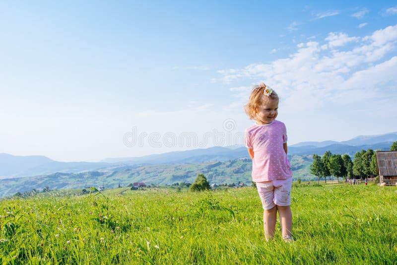 Petite fille d'enfant en bas âge courant dans un beau domaine image libre de droits
