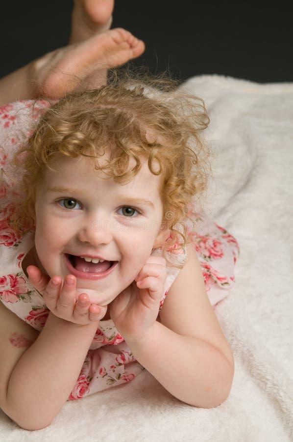 Petite fille d'une chevelure bouclée d'Addorable image libre de droits