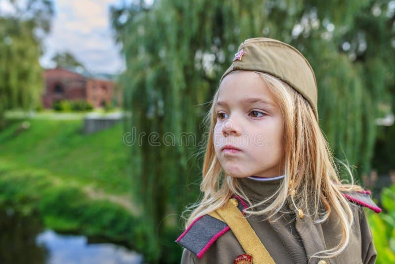 Petite fille dans des uniformes militaires soviétiques photographie stock