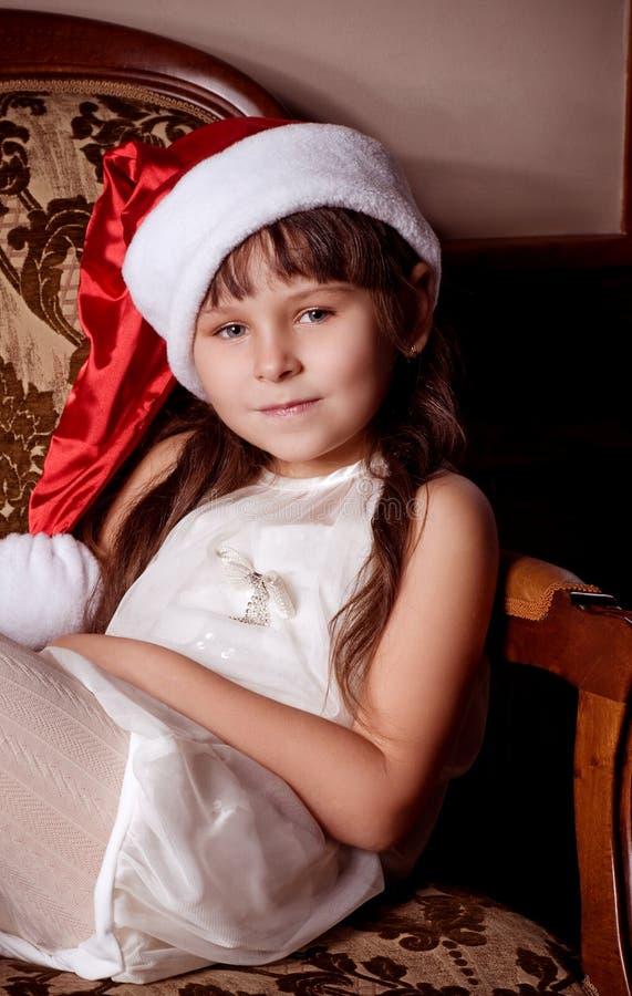 Petite fille dans des vêtements du père noël image libre de droits