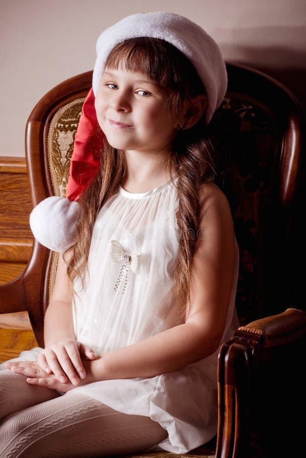 Petite fille dans des vêtements du père noël photos libres de droits