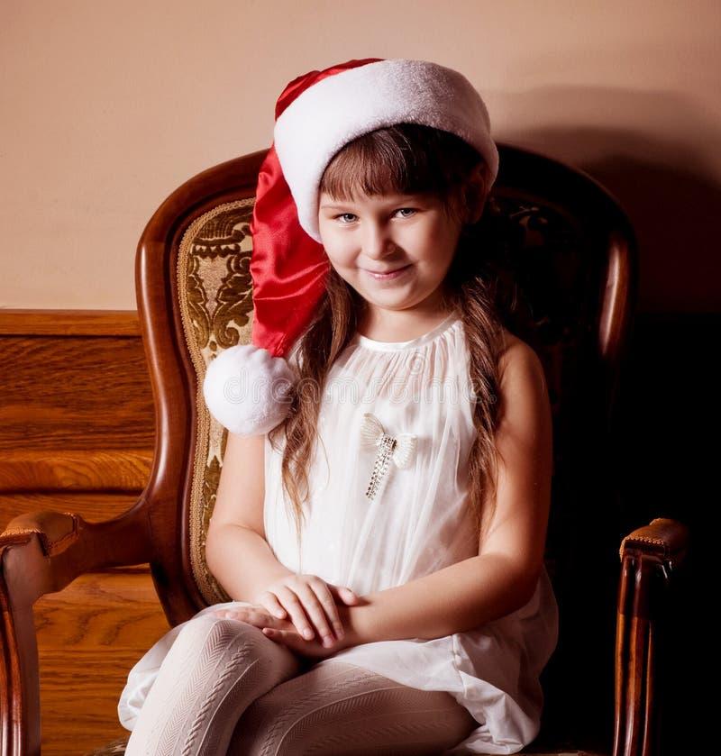 Petite fille dans des vêtements du père noël image stock