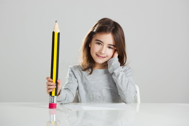 Petite fille dans l'école photos libres de droits