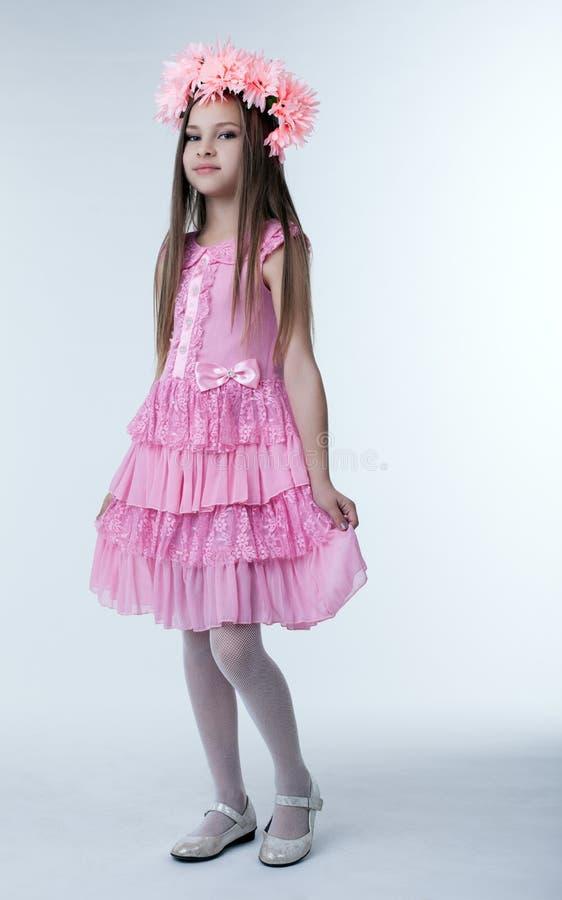Petite fille dans la belle robe rose photos libres de droits