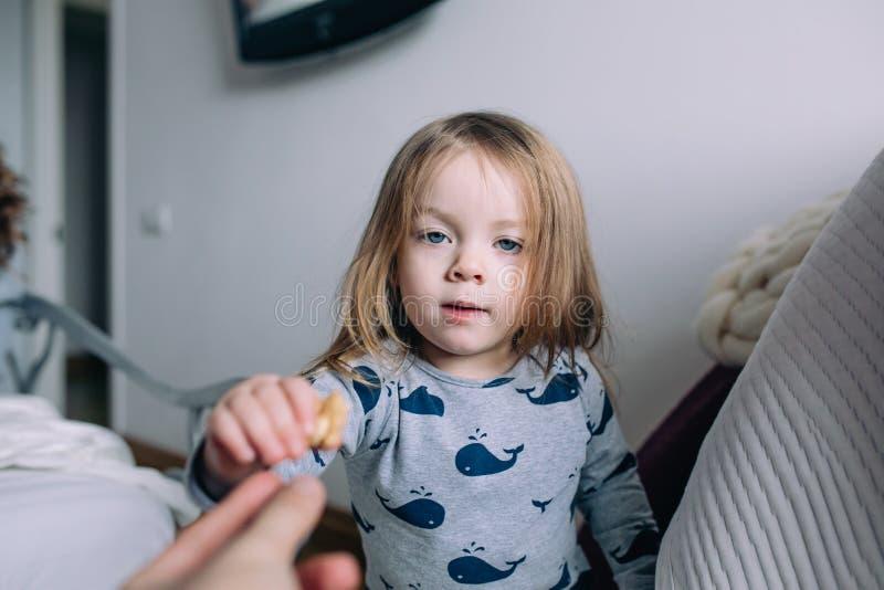 Petite fille dans la chambre à coucher images libres de droits