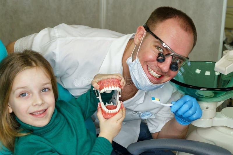 Petite fille dans la clinique dentaire photo stock