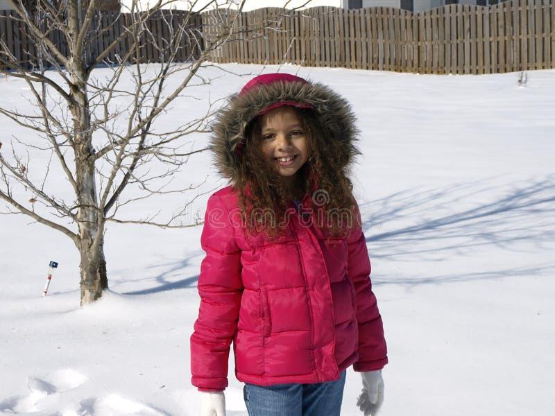 Petite fille dans la neige photographie stock libre de droits