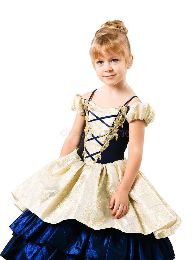 Petite fille dans la robe de Cendrillon d'isolement sur le blanc image libre de droits