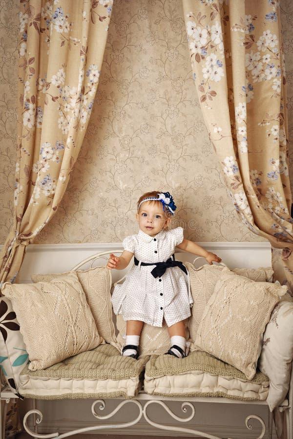 Petite fille dans la robe française photos stock