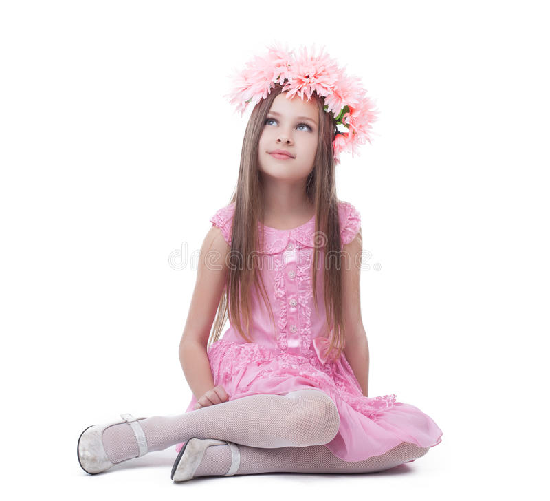 Petite fille dans la séance rose de robe et de guirlande photographie stock