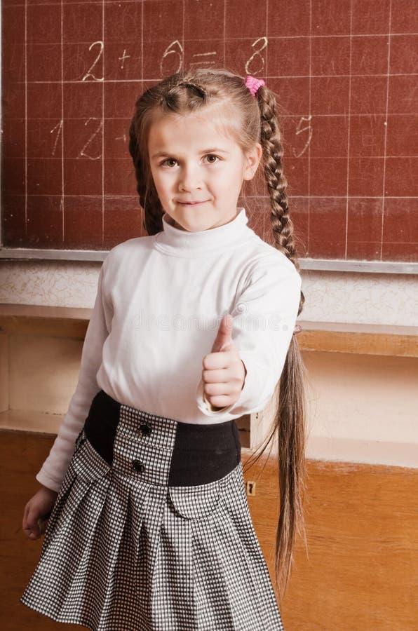 Petite fille dans la salle de classe photos stock