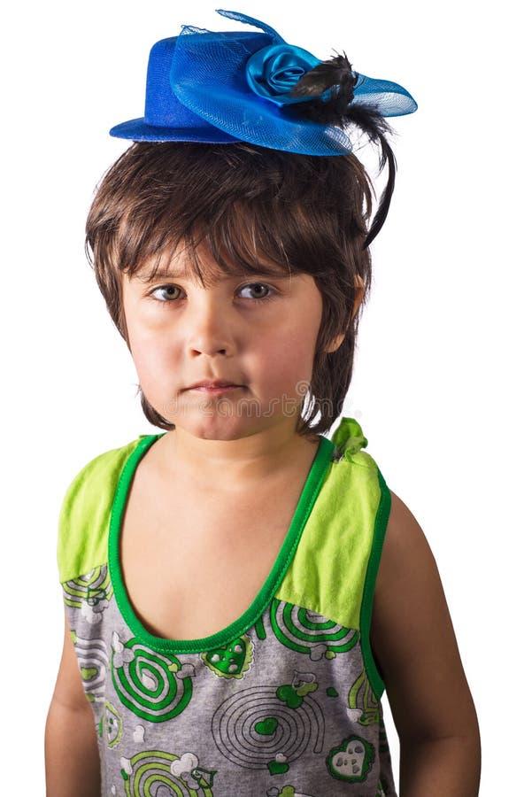 Petite fille dans le chapeau bleu minuscule d'isolement sur le fond blanc photos libres de droits