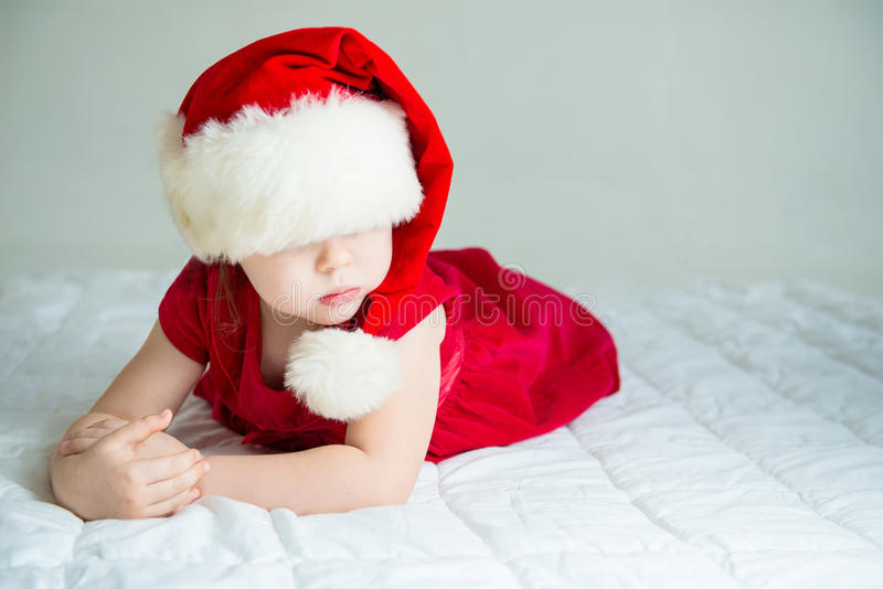 Petite fille dans le chapeau Santa image libre de droits