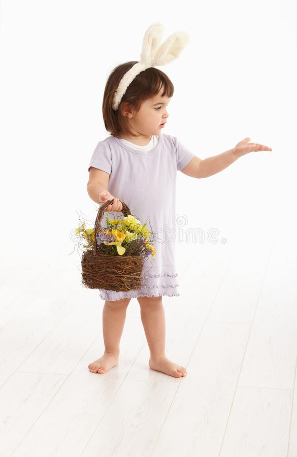 Petite fille dans le costume de Pâques images libres de droits