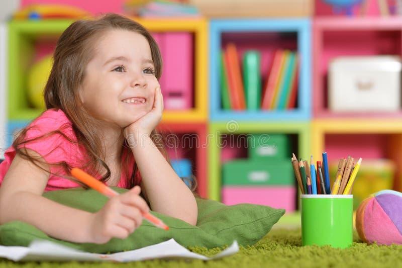 Petite fille dans le dessin rose de chemise photographie stock libre de droits