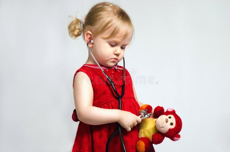 Petite fille dans le docteur photos stock