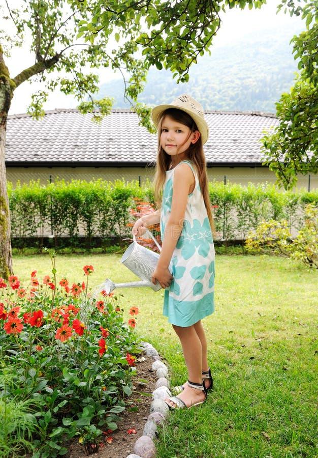 Petite fille dans le jardin photos libres de droits