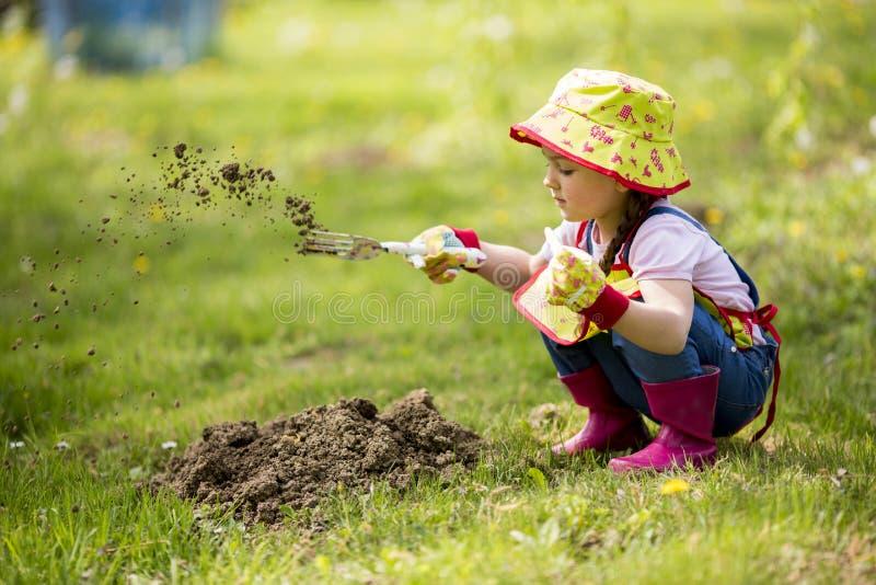 Petite fille dans le jardin photo stock