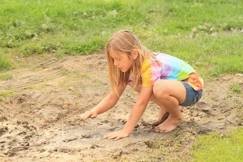 Petite fille dans le magma boueux photos stock