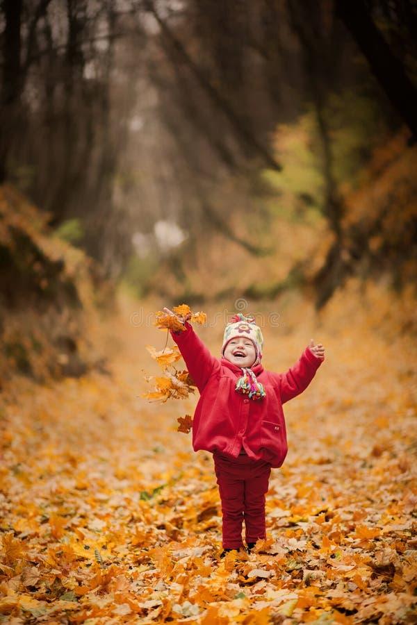Petite fille dans le manteau rouge au parc scénique de chute photo libre de droits