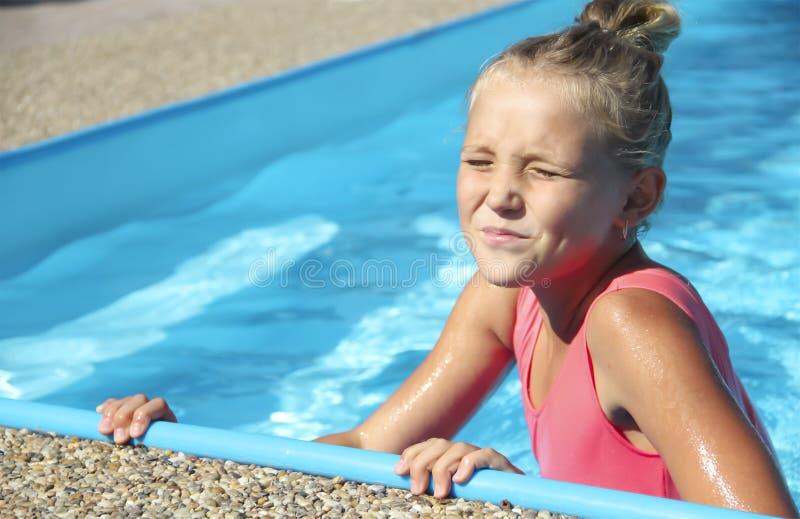 Petite fille dans le portrait de piscine de l'émotion image libre de droits