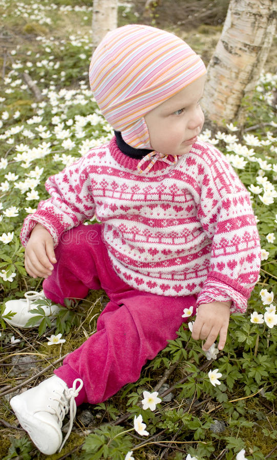 Petite fille dans le printemps image libre de droits