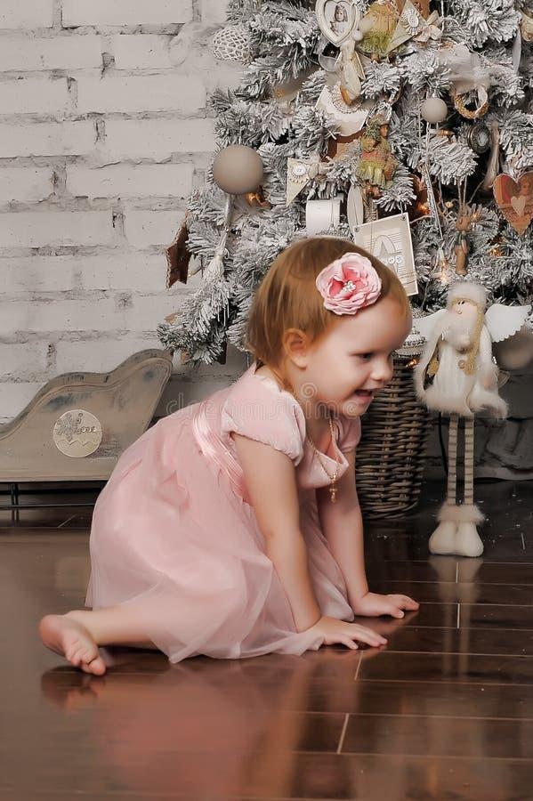 Petite fille dans le rétro intérieur de Noël images libres de droits