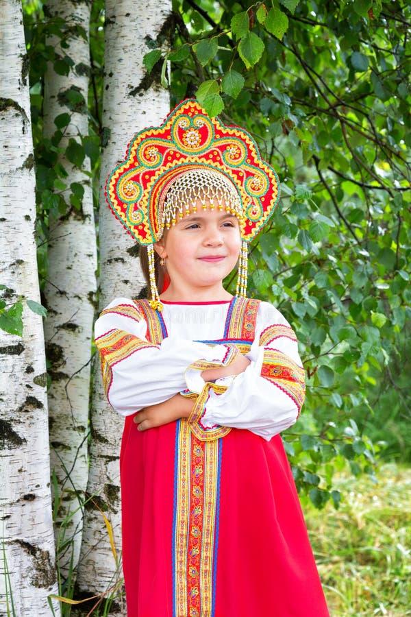 Petite fille dans le ressortissant russe un bain de soleil image stock