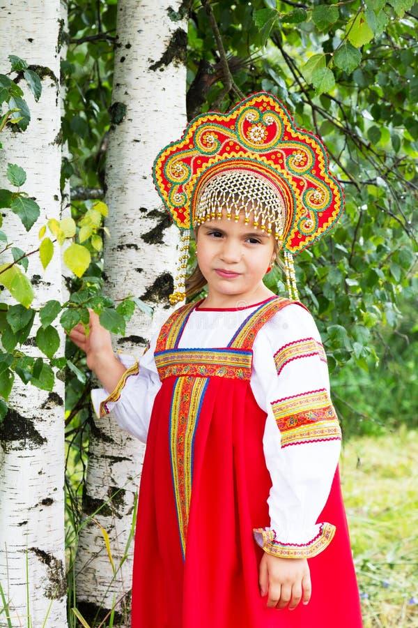 Petite fille dans le ressortissant russe un bain de soleil photographie stock libre de droits