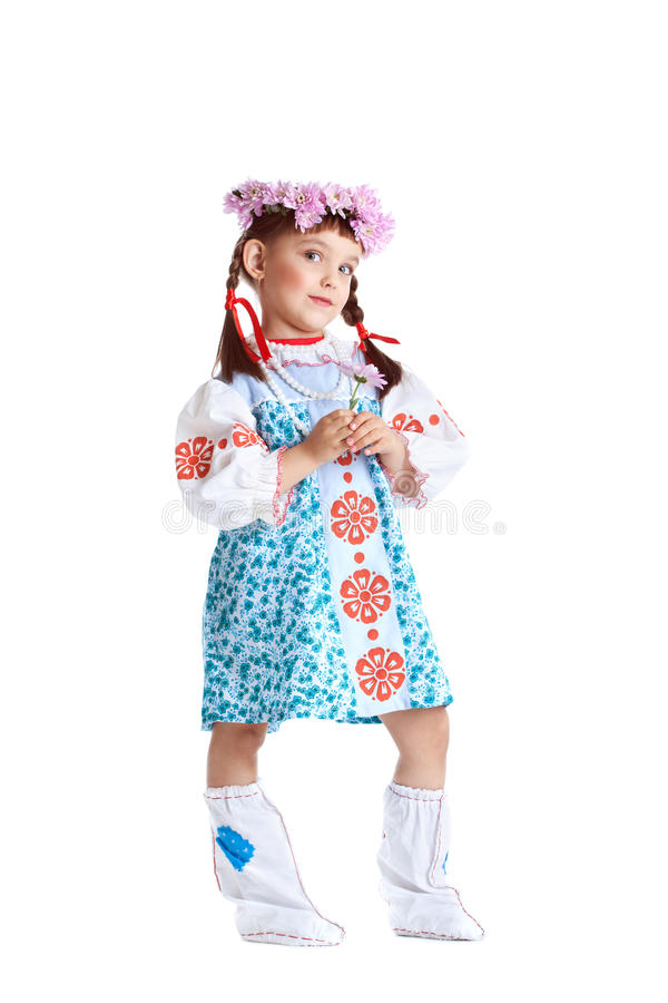 Petite fille dans le stand de costume de slavic d'isolement photographie stock