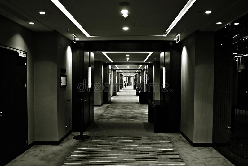 Petite fille dans les couloirs sombres et la lumière dans le bâtiment Rebecca 36 photographie stock libre de droits