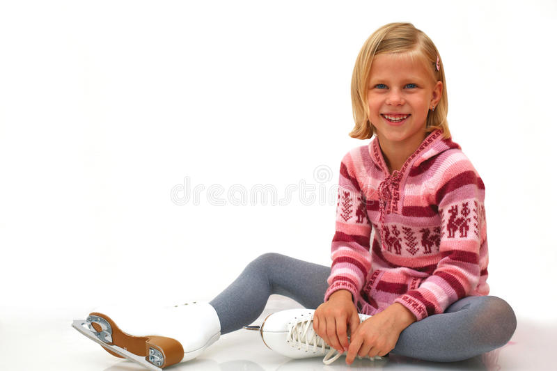Petite fille dans les patins images stock