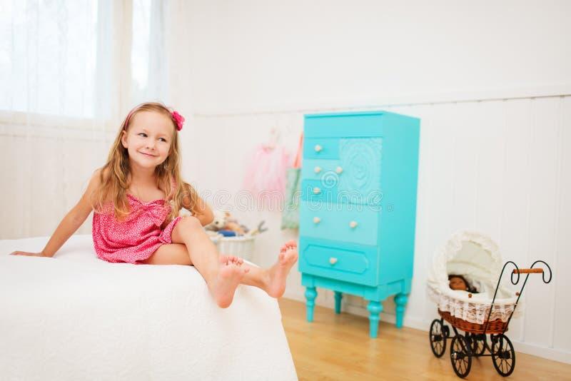 Petite fille dans sa chambre photo libre de droits